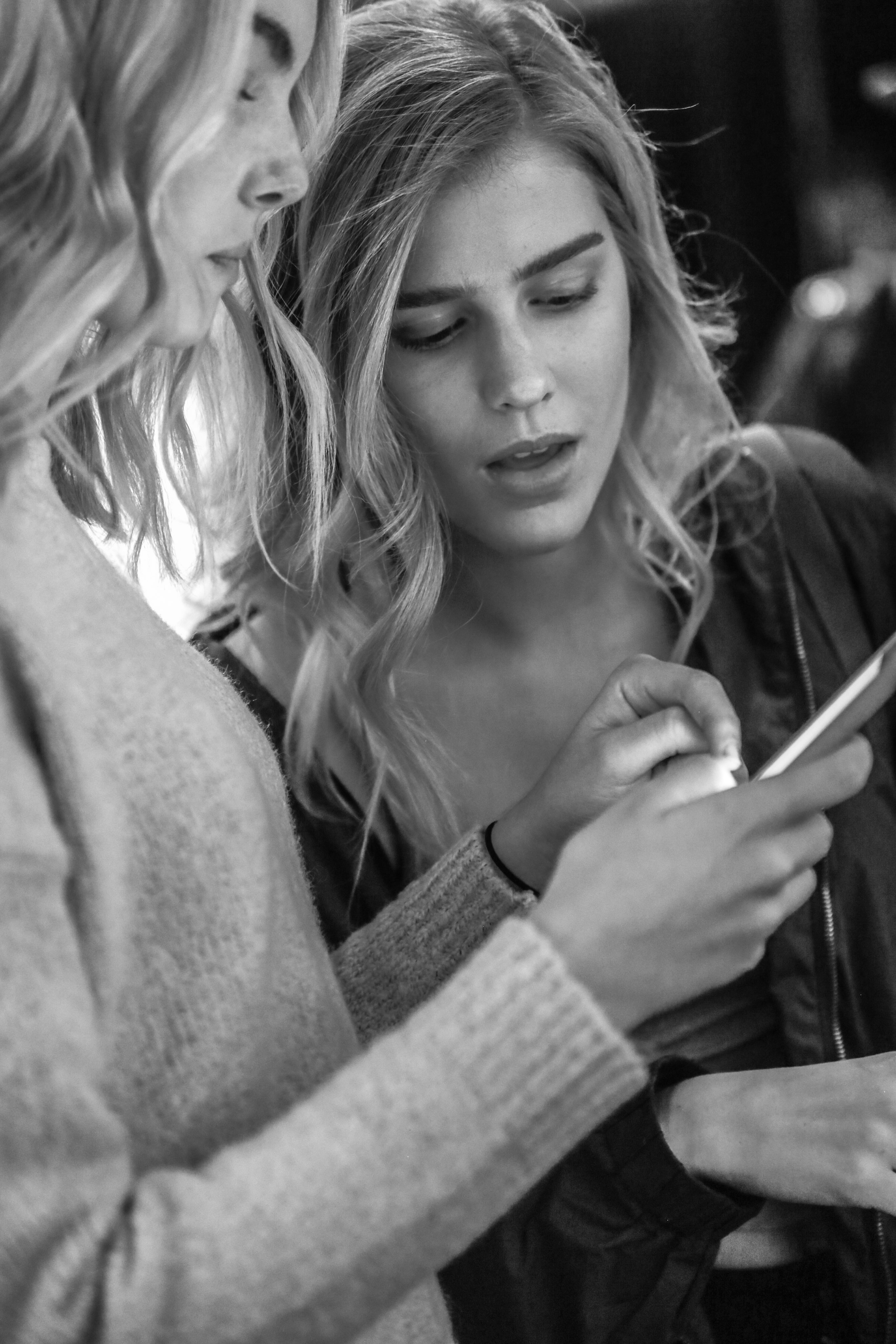 paul-mitchell-Power of Social Media-con-blog-image-models-phone-new